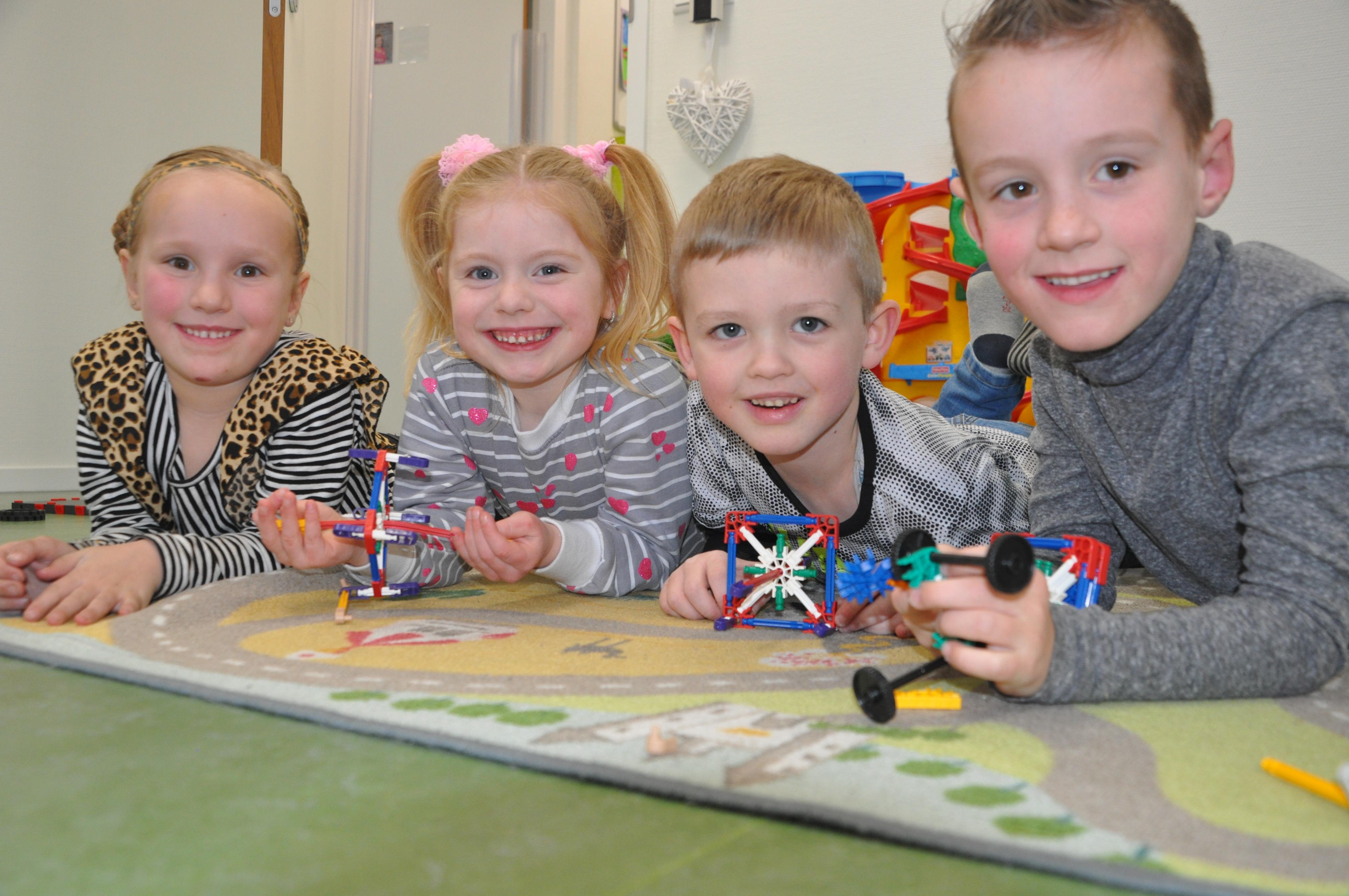 spelende kinderen op een speelkleed op de kinderopvang